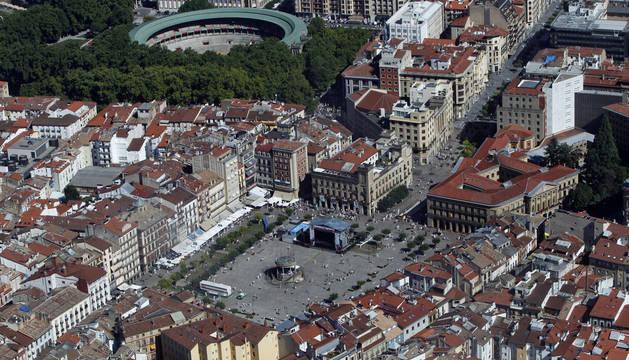 Vista aérea de Plaza del castillo y Avenida de Carlos III, con la sede del Gobierno foral a la derecha de la imagen.