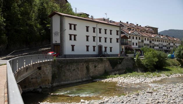 El hostal restaurante Zaltua se ubica junto al río Esca.