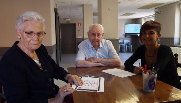 Desde la izda.: los usuarios Gloria García Ardanaz y Adolfo Gutiérrez Reyes, y la técnica de jubiloteca Uxue Torrea Latasa.