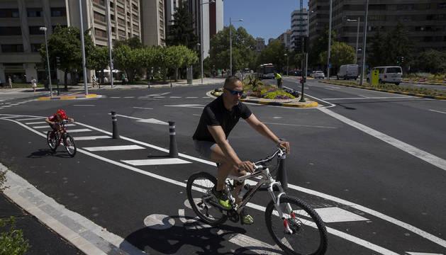Un hombre y un niño circulan por el carril bici de la avenida de Pío XII.