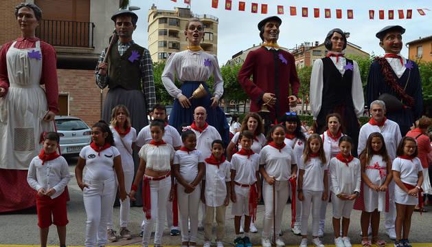 La corporación infantil, presidida por Amaia Recalvo Mina (en el centro con la vara de mando) junto con los gigantes y parte del Ayuntamiento.