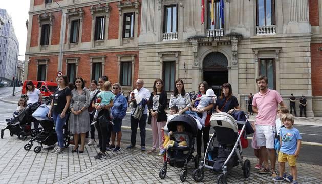 Foto de más de una docena de madres se concentraron delante de la puerta del Parlamento de Navarra.
