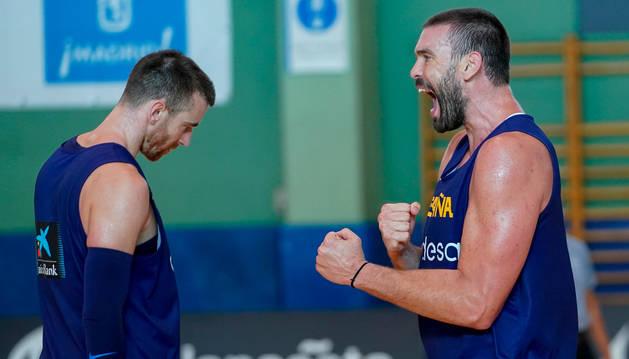 Foto de Marc Gasol, celebrando ante Víctor Claver en un entrenamiento de la selección española de baloncesto.