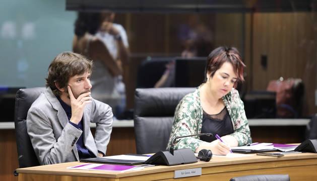 Mikel Buil y Ainhoa Aznárez, en el Parlamento de Navarra.