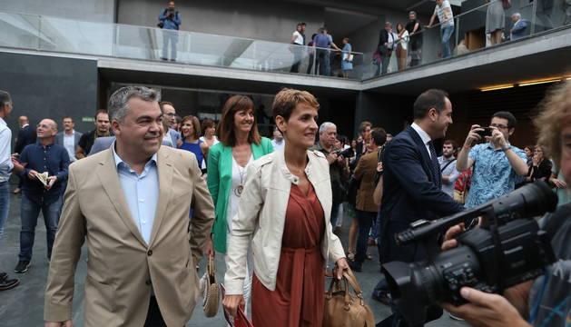 Chivite, con Santos Cerdán, este jueves en el Parlamento de Navarra