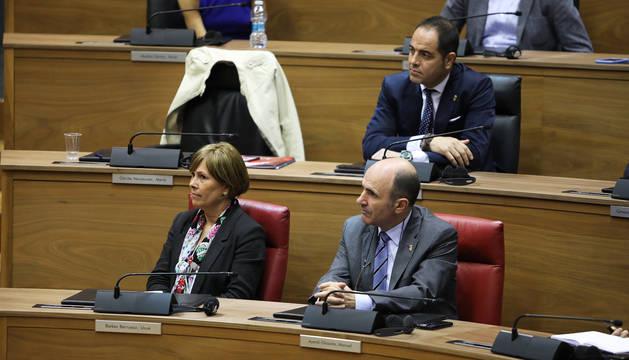 Uxue Barkos y Manu Ayerdi, en la fila inferior, y Ramón Alzórriz en la superior, durante el discurso de María Chivite.