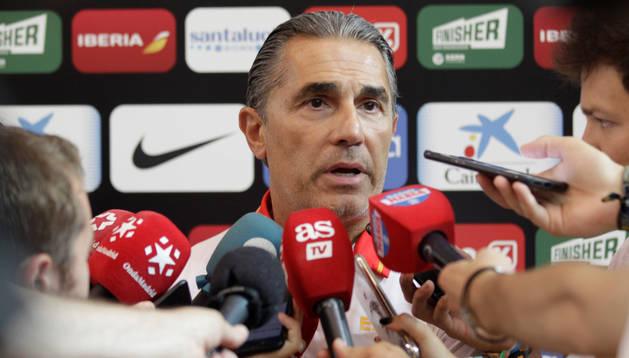 El seleccionador de baloncesto, Sergio Scariolo, hace declaraciones a los medios durante el entrenamiento del equipo en el polideportivo Triángulo de Oro de Madrid, de cara a la Copa del Mundo del próximo mes de septiembre en China.
