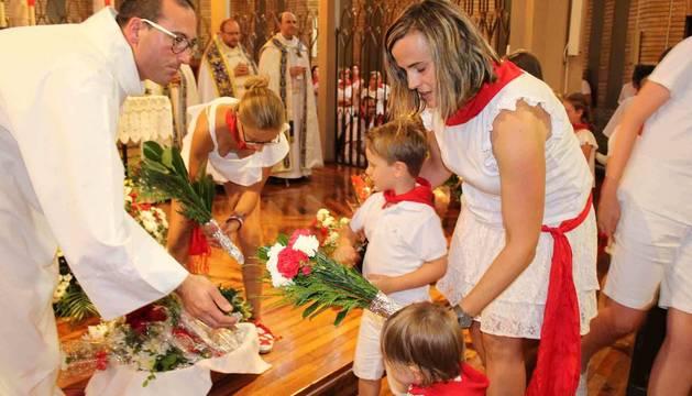 La comitiva oficial entra a la basílica del Puy para las vísperas.