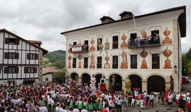 Foto de la plaza consistorial de Bera, que esperaba expectante el lanzamiento del chupinazo para dar inicio a las fiestas patronales.