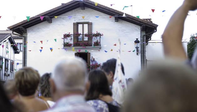 Foto de toda la plaza de Zubiri, que se giró a aplaudir a Martín Villanueva que, año tras año, colabora con el torico.
