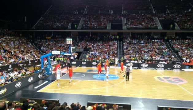 Un Navarra Arena hasta la bandera ya disfruta del mejor baloncesto internacional