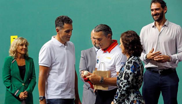 Induráin, anfitrión de la selección española en el Navarra Arena de Pamplona