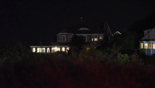 Luces encendidas en la vivienda de los Kennedy en Hyannis Port, donde falleció la joven.