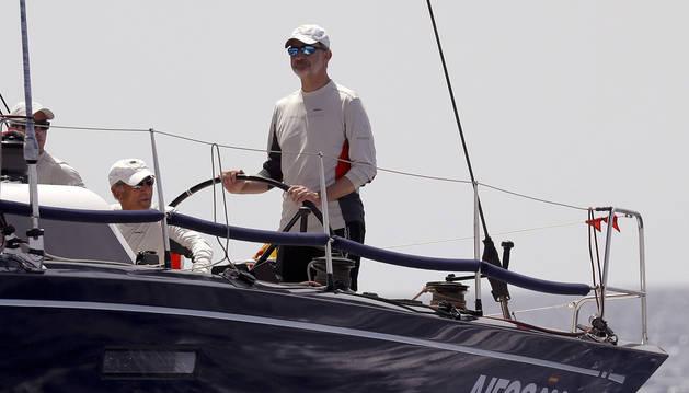 El rey Felipe VI a bordo del 'Aifos 500' en la quinta jornada de regatas de la 38 edición de la Copa del Rey Mapfre de Vela.
