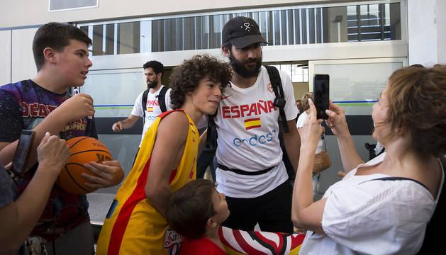 Ricky Rubio, de los más buscados a la llegada de la selección al aeropuerto de Pamplona.