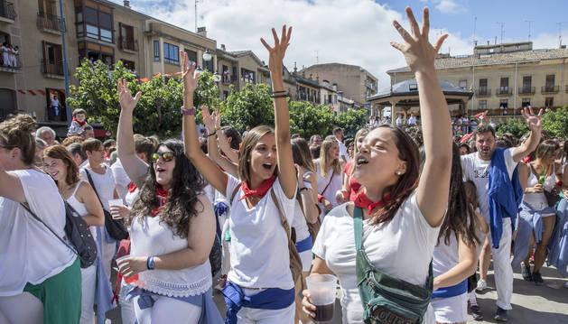 Foto de un grupo de jóvenes disfrutando de las fiestas de Tafalla del pasado año.