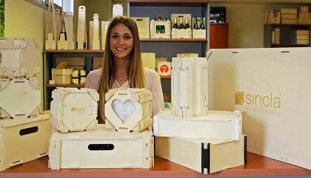 La confundadora y CEO de Sincla, Julia Marco Esteban, en la fábrica de Esquíroz con las cajas.
