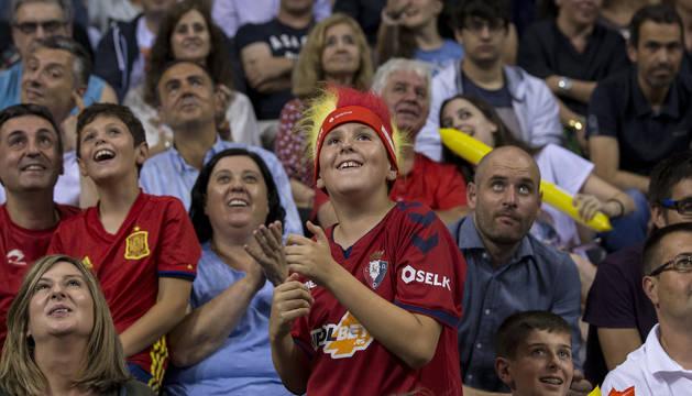 Las gradas del Navarra Arena se llenaron de colorido durante el partido amistoso España-Lituania.