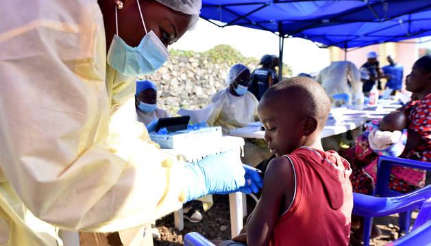 Un trabajador de salud congoleño administra la vacuna contra el ébola a un niño en el Centro de Salud Himbi, en Goma.