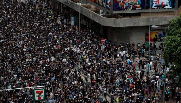 Manifestantes contra la ley de extradición marchan en Mongkok, en Hong Kong, China.