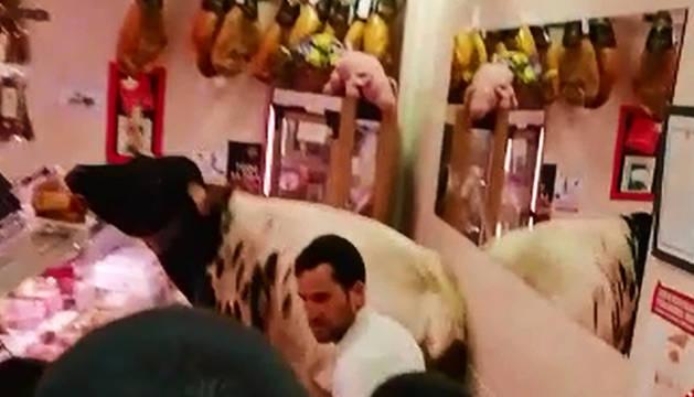 Los mozos tratan de sacar al manso de la carnicería de Estella.