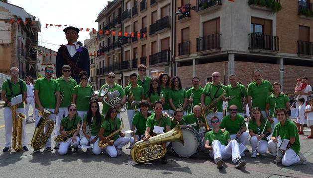 La  banda de música de Lodosa que dirige José María Ezquerro antes de escoltar al Ayuntamiento.