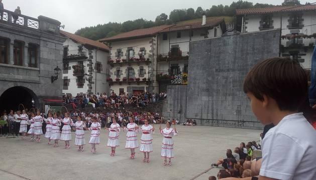 Dantzaris en la actuación de la tarde en la plaza de Leitza.