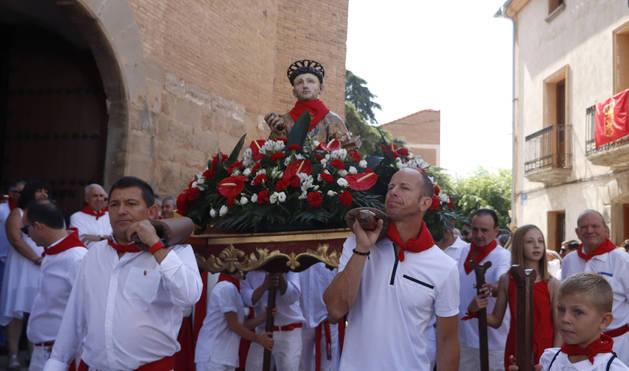 Los hombres de la cuadrilla 'Los Viernazos' portaron la imagen de San Esteban.
