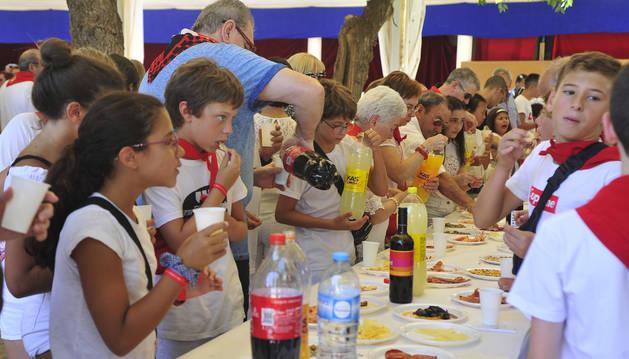 El lunch popular tuvo lugar en el patio de las monjas y la comida fue comprada en tiendas del pueblo.