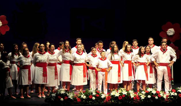 Foto de todos los participantes en el 'Campeón de campeones' de Tafalla, que cantaron una jota grupal.
