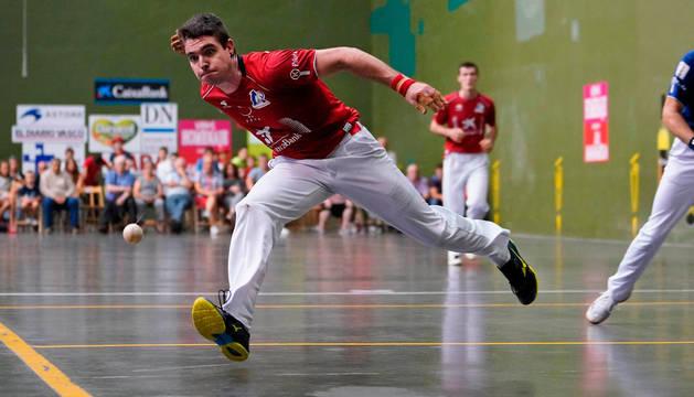 Iker Irribarria resta una pelota al ancho, este domingo por la tarde en el Eztegara con Rezusta en la zaga.