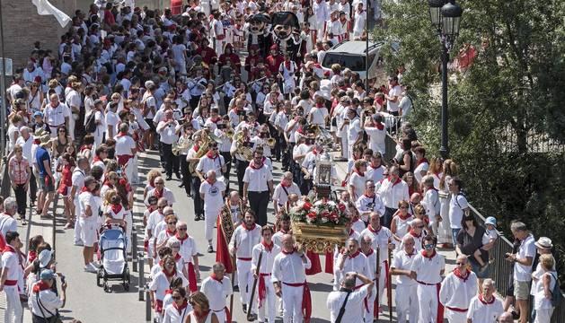 Foto de la reliquia de San Andrés enfilando el puente del Azucarero en la retaguardia de la larga procesión. Detrás, los párrocos, la banda y la corporación municipal.
