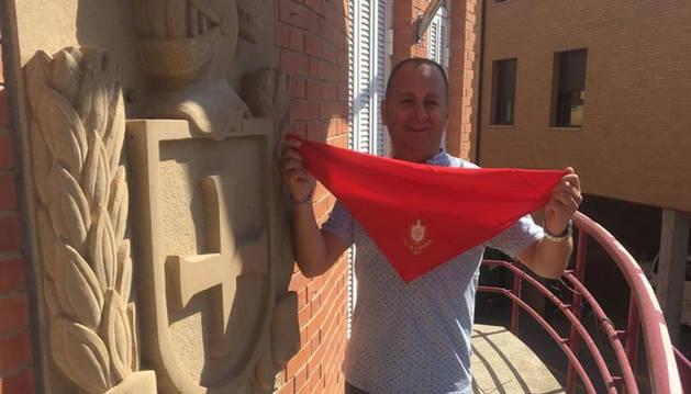 El alcalde de Fustiñana, Sergio Vitas, en el balcón de la Casa Consistorial, con el pañuelo de fiestas.