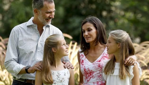 Los reyes y sus hijas vuelven a protagonizar en Marivent el posado de verano