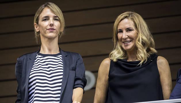 Ana Beltrán (dcha.) junto a Cayetana Álvarez de Toledo durante la investidura de María Chivite en el Parlamento de Navarra.