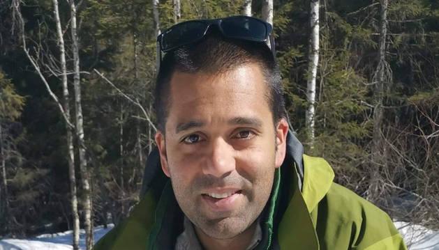 Jonathan Vaz se calienta en medio del bosque en Noruega.