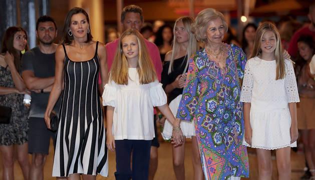 Foto de la reina Letizia, junto a sus hijas y doña Sofía, el pasado viernes a la salida del ballet 'El lago de los cisnes'.