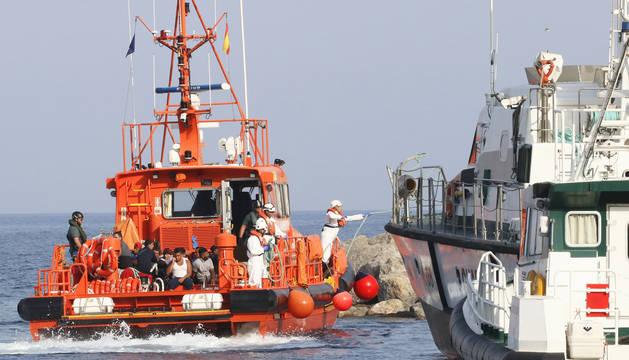 Salvamento Marítimo traslada al puerto de Almería a 27 inmigrantes rescatados en alta mar.