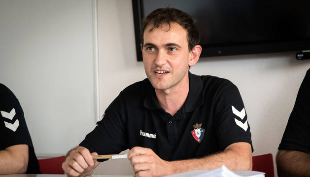 Mikel Bakaikoa charla con sus jugadoras el día de la presentación del equipo, el 23 de julio pasado.