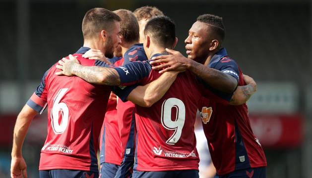 Los jugadores rojillos se abrazan después de uno de los dos tantos ante el De Graafschap.