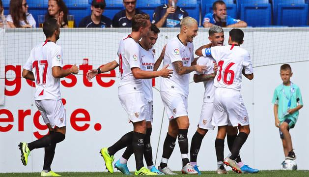 Ever Banega es felicitado por sus compañeros tras anotar un gol ante el Hoffenheim.