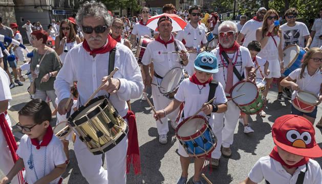 Foto de Fortún Díez Elcano, de 67 años, y sus dos nietos, que se sumaron al medio centenar de personas que llenaron de ritmo Estella.