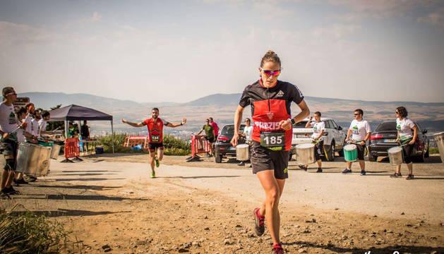 Foto de dos de los corredores de la pasada edición, pasando por la cumbre de San Cristóbal-Ezkaba.