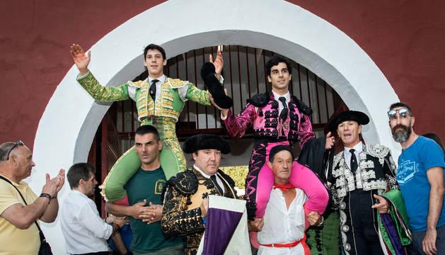 Foto Diego García, a la izquierda, y Alfonso Ortiz, salen a hombros del último festejo taurino de las fiestas de Estella