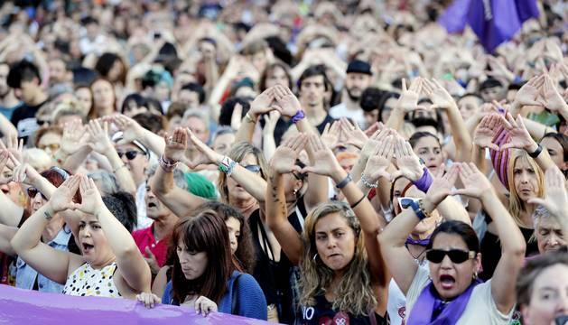 Foto del momento de la concentración en protesta por una agresión sexual grupal a una joven de 18 años la pasada noche en Bilbao.