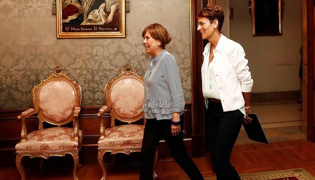 Uxue Barkos y María Chviite tras el encuentro para el relevo al frente del Ejecutivo de Navarra.