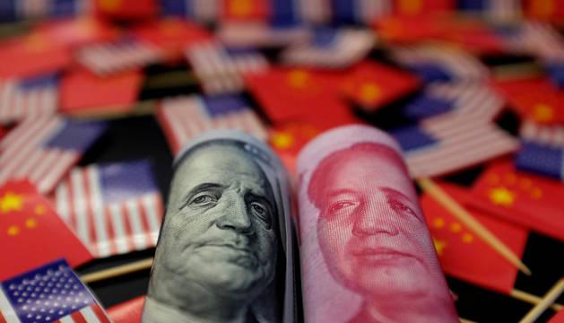 Billetes de EE UU y China con los retratos de Benjamin Franklin y Mao Zedong.