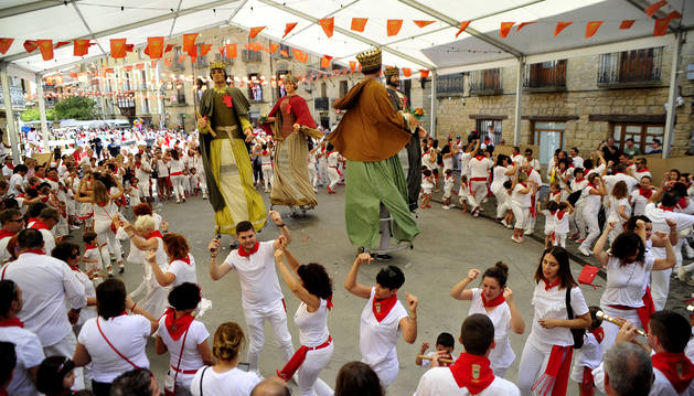 Foto de la jota de los Gigantes, el primer día de las fiestas de Olite.