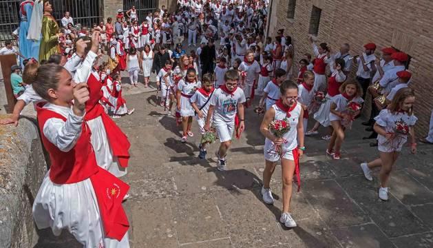 La corporación chiqui asciende la escalinata de San Pedro de la Rúa arropada por la comitiva oficial y entre un pasillo de danzaris.