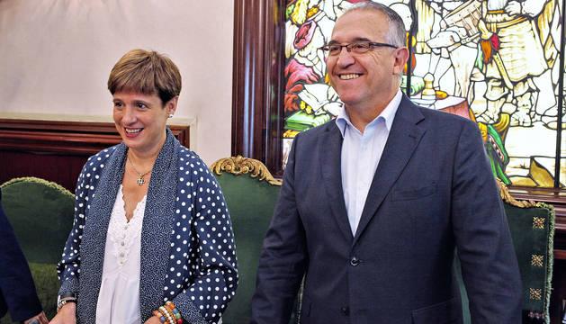 Foto de Enrique Maya y Ana Elizalde, en el pleno del aumento de sueldo de un 9% celebrado el pasado 3 de julio.